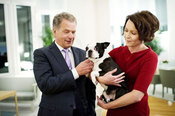 Suomen tasavallan presidentti Sauli Niinistö, puoliso Jenni Haukio ja Lennu-koira