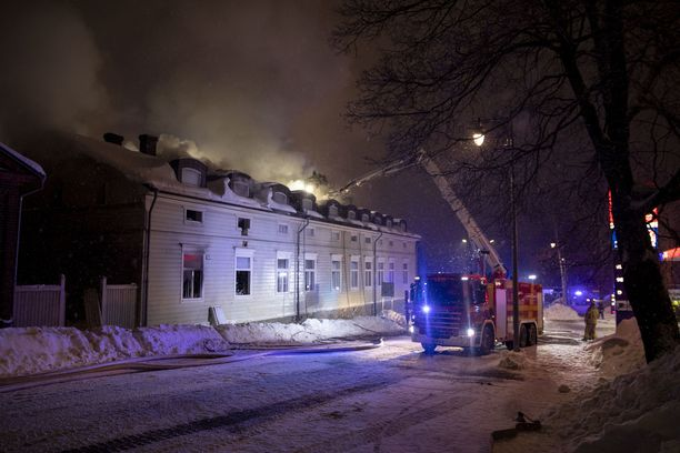 Uudessakaupungissa syttyi vanha rivitalo tuleen tiistaina iltapäivällä.