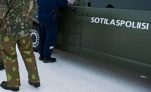 Sotilaspoliisi vei päihtyneen opistoupseerin putkaan Lohtajan ilmasotaharjoituksesta. Arkistokuva.