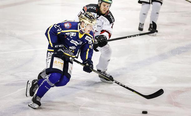 Tino Metsävainio pystyy pelaamaan myös laidassa. RoKissa hän operoi keskellä.