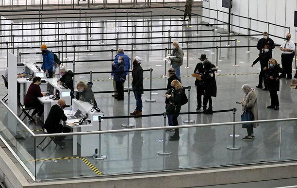 Ihmiset jonottavat koronarokotuksiin rekisteröitymistä New Yorkissa, Yhdysvalloissa tamikuussa 2021.