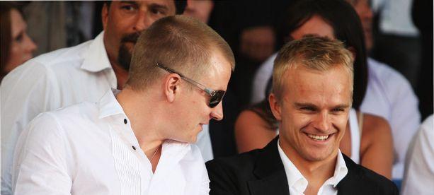 Räikkösellä ja Heikki Kovalaisella oli hauskaa muotinäytöksessä vuonna 2008.