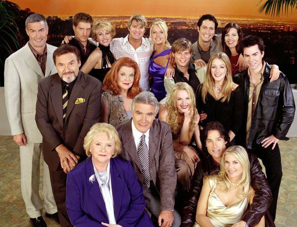 Läheskään kaikki tästä näyttelijäjoukosta eivät enää ole sarjassa mukana. Darlene Conley kuvan keskellä punaisessa tukassaan.
