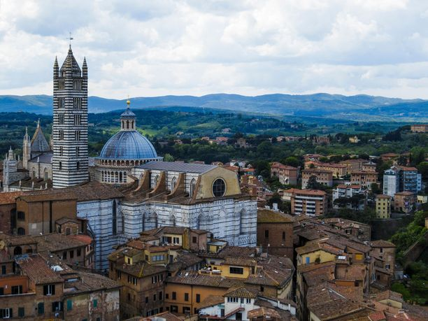Italian kaunis Siena on yksi matkan etapeista.