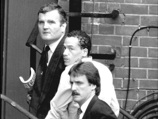 Kenneth Erskine (keskellä) saapumassa oikeuteen vastaamaan murhasyytteisiin vuonna 1986.