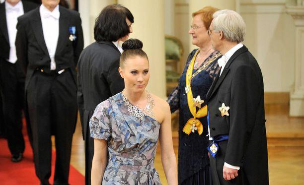 - Onneksi suunnittelija Tiia Vanhatapio oli halukas tekemään mulle mekon, Enni Rukajärvi kirjoittaa blogissaan.