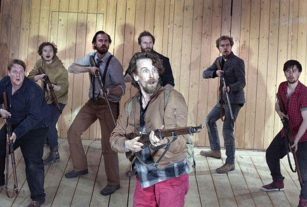 Ryhmäteatterin kaikki Seitsemän veljestä ovat Miro Lopperi, takana Santtu Karvonen, Elias Keränen, Tommi Rantamäki, Eino Heiskanen, Eero Ojala ja Mikko Virtanen.
