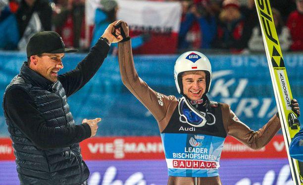 Tervetuloa kerhoon, Kamil Stoch! Sven Hannawald nosti puolalaismestarin käden ylös.