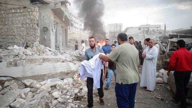 Mies kantoi eilen Darat Izzan kaupungissa Pohjois-Syyriassa Venäjän ilmaiskussa kuollutta uhria.