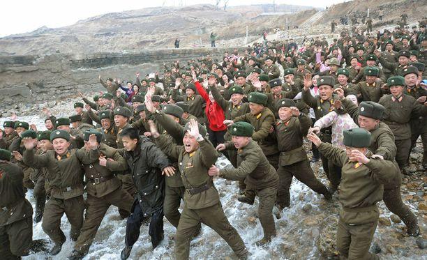 Pohjois-Koreassa uskotaan tiukkaan kuriin ja kunnioitukseen. Kuvassa sotilaat reagoivat, kun maan johtaja saapuu tukikohtaan vierailulle.