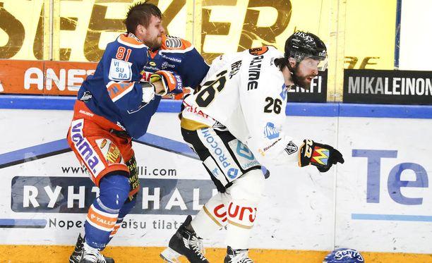 Tapparan kapteeni Jukka Peltola oli yksi kirvessaunan lämmittäjistä maanantaina. Kuvassa hän lähtee Kärppien Shaun Heshkan kimppuun.