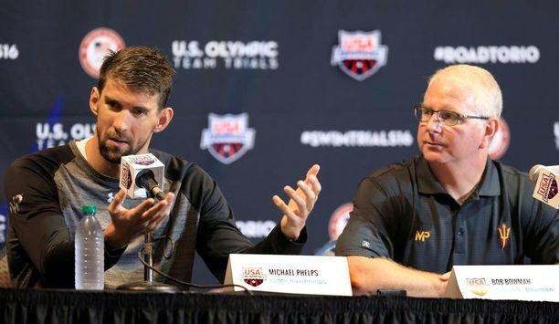 Bob Bowman (oik.) valmentaa Phelpsiä ja USA:n uintimaajoukkuetta.
