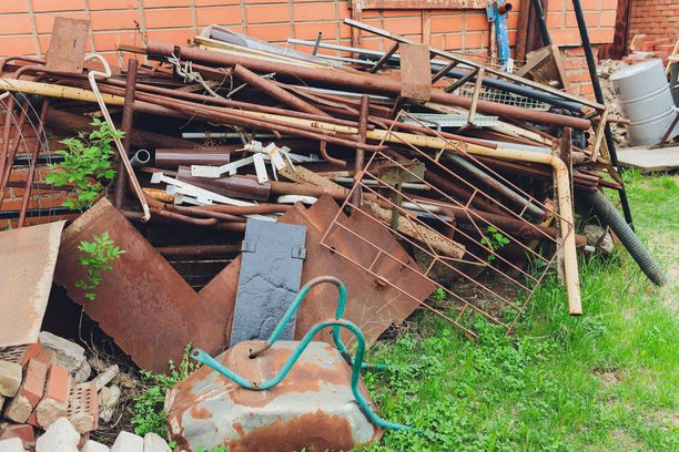 Kuvituskuva. Naapuritonttien muuttuminen kaatopaikaksi sapettaa useita lukijoita.