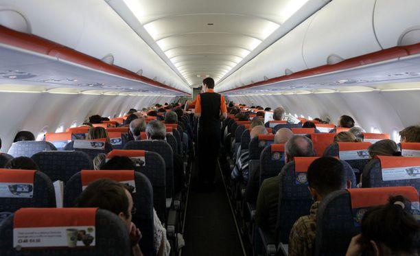 Tuhkarokkotartunnan saanut 3-vuotias pikkulapsi altisti kanssaan samalla lennolla matkustaneet ihmiset taudille, kertovat Australian terveysviranomaiset.