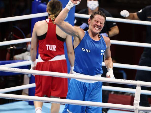 Mira Potkosen uskalsi jo hieman tuulettaa, kun olympiamitali varmistui puolivälierävoiton myötä.