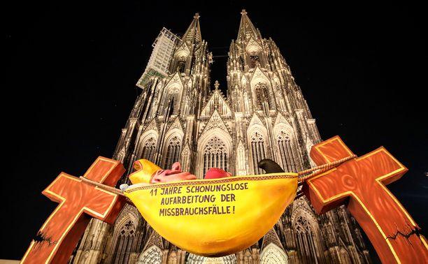 Kölnin tuomikirkon pihaan tuotiin keskiviikkona veistos, joka ottaa kantaa hyväksikäyttötapaukseen.