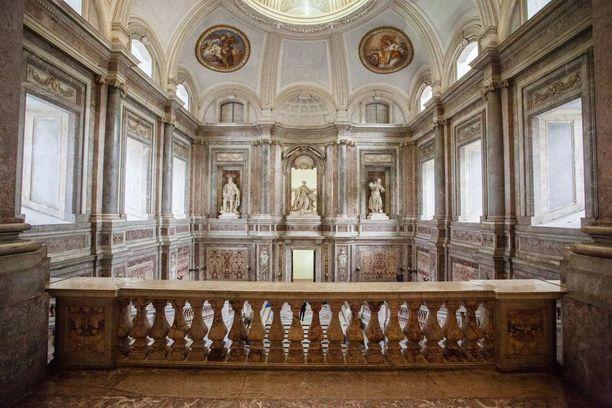 Palatsi rakennettiin Casertaan, koska kuningas suunnitteli pääkaupungin siirtämistä Napolista sinne.