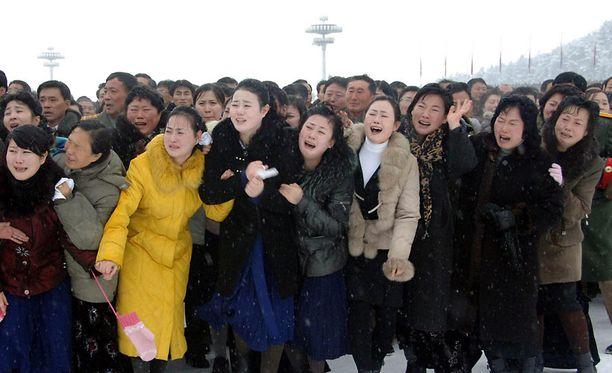 Kansalaiset kerääntyivät sankoin joukoin Pjongjangin kadulle itkemään Rakkaan johtajan poismenoa. Vaihtoehtoja heillä tuskin oli.
