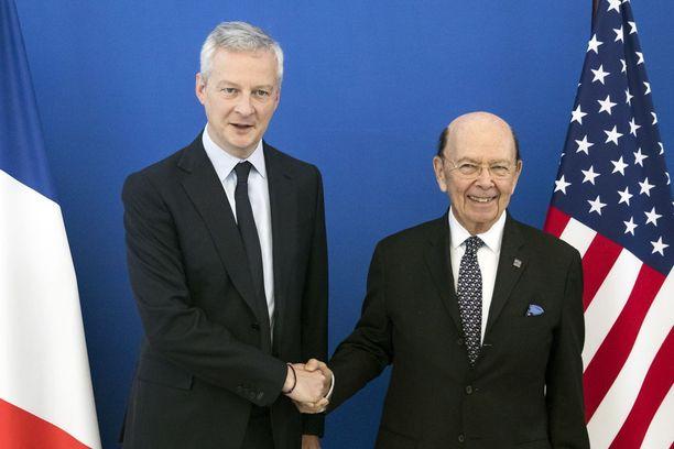 USA:n kauppaministeri Wilbur Ross hymyili leveästi Ranskan valtionvarainministerin Bruno Le Mairen rinnalla Pariisissa torstaina. Hieman tapaamisen jälkeen Ross ilmoitti Yhdysvaltojen laittavan haukutut tullit voimaan.