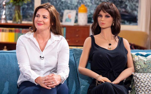 """Jade Stanley ja Amelia-nukke esiintyivät Britannian aamutelevisiossa. Amelia on """"tavallinen"""" nukke, sitä ei ole mallattu kenenkään todellisen henkilön mukaan."""