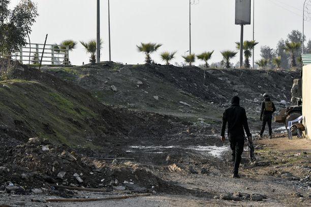 Terrorismin vastainen erikoisjoukko partioi Tigris-joen itäpuolella. Aivan joenpenkereen takaa alkaa Isisin hallussaan pitämä Länsi-Mosuilin alue. Välimatkaa on enintään 500 metriä.