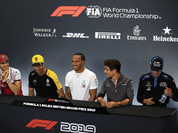 Daniel Ricciardo hauskuutti F1-kuskeja torstain pressissä.