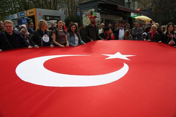 Ihmiset osoittivat keskiviikkona Ankarassa mieltään kansanäänestystä vastaan.