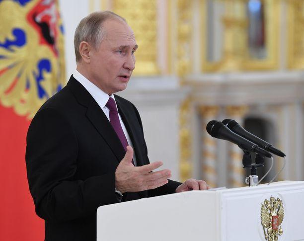 Ikänsä puolesta 68-vuotias Putin alkaa olla koronaviruksen riskiryhmää. Hän ei ole toistaiseksi ottanut rokotetta.