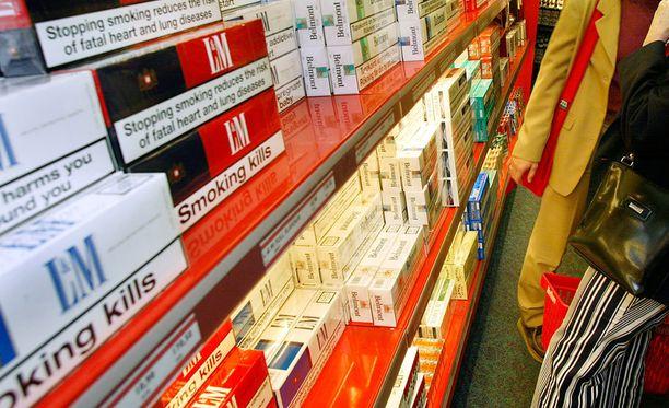 SPT:n laskelmien mukaan Ruotsin valtio on luultavimmin menettänyt noin 20 000 euroa verorahoja vuodessa tupakan ja alkoholin välityksen vuoksi. Kuvituskuva.