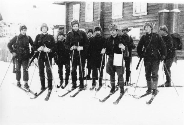 Osasto Vehniäiseen Vaaseniin tuli syksyllä 1941 uusia miehiä kokeilemaan kykyjään kaukopartioinnissa. Kuvassa kahdeksan uutta sissiä lähdössä harjoitukseen. Uusista miehistä kolme luopui partioinnista ensimmäisen partiomatkan jälkeen. Kolme miehistä kaatui. Kouluttajana vääpeli Antti Porvali karttalaukkuineen. Oikealla harjoituksen radisti kersantti Muisto Lassila reppuineen.