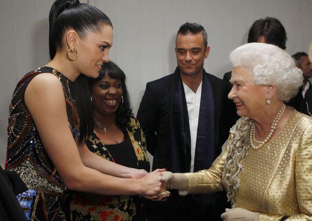 Voiko kuningattaren tapaamiseen pukeutua paljetein? Ilmeisesti voi, kuten laulaja Jessie J vuonna 2012.