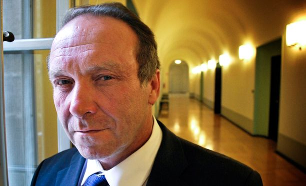 Teuvo Hakkarainen otti pankista lainaa kampanjaansa varten.