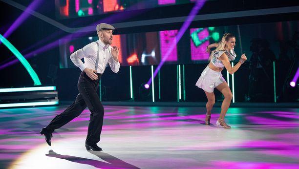 Jare ja Saana tanssivat finaalissa kolme tanssia.