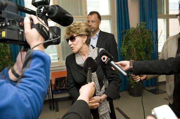 Maija Lahtinen saapui todistamaan tyttärensä oikeudenkäynnissä vuonna 2009.