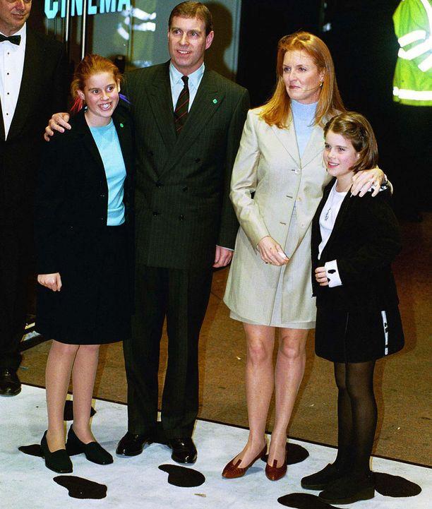 Sarah on Yorkin herttua prinssi Andrew'n entinen puoliso. Erottuaan herttuasta hän on menestynyt esimerkiksi kirjailijana ja televisiokasvona. Vasemmalla prinsessa Beatrice ja oikealla äitinsä kainalossa pian avoituva prinsessa Eugenie.