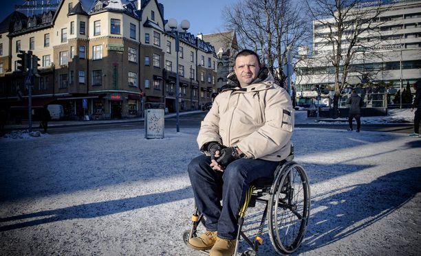 Zubier joutui pyörätuoliin iskussa saamiensa vammojen vuoksi.