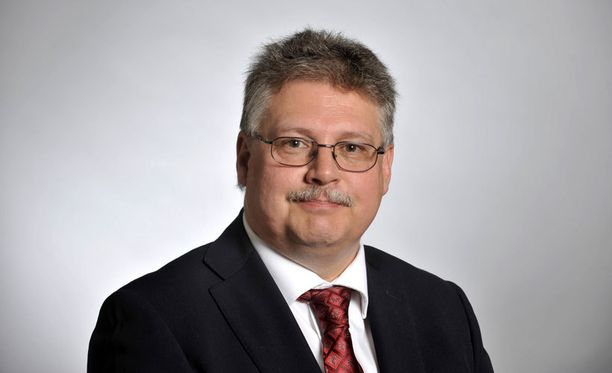 Perussuomalaisten kansanedustaja, vanhempi konstaapeli Ismo Soukola tyrmää poliisiylijohtajan ehdotuksen, jonka mukaan pienten peltikolarien tutkinta pitäisi siirtää poliisilta vakuutusyhtiölle.
