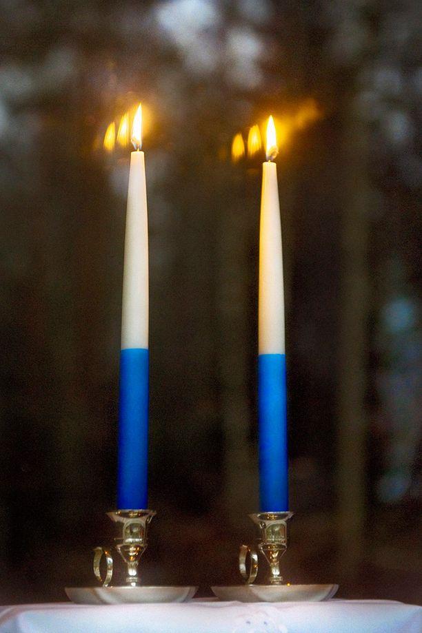 Kahta sinivalkoista kynttilää poltetaan itsenäisyyspäivän iltana.