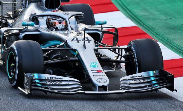 Auto, Motor und Sport -lehden mukaan Mercedes edustaa etusiipensä kanssa toista ääripäätä.