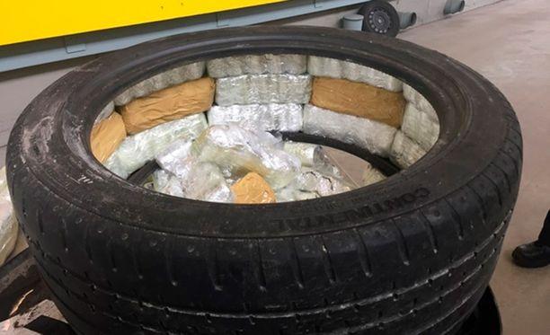 Rivotril-pillerien salakuljettajat piilottelivat poliisin mukaan lastia myös auton renkaissa.