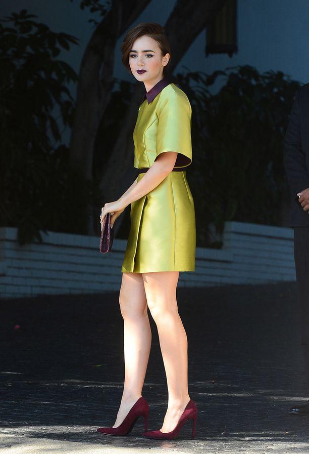 Lily Collins näyttää huomattavasti pidemmältä erilaisessa asussa.
