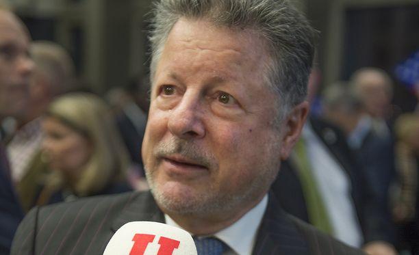 Yhdysvaltain Helsingin suurlähettiläs Charles C. Adams Jr. poistui Iltalehden tietojen mukaan Suomesta perjantaina.