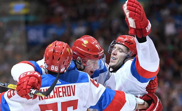 Nikita Kucherov (vas.) Jevgeni Malkin ja Nikolai Kulemin juhlivat Venäjän maalia.