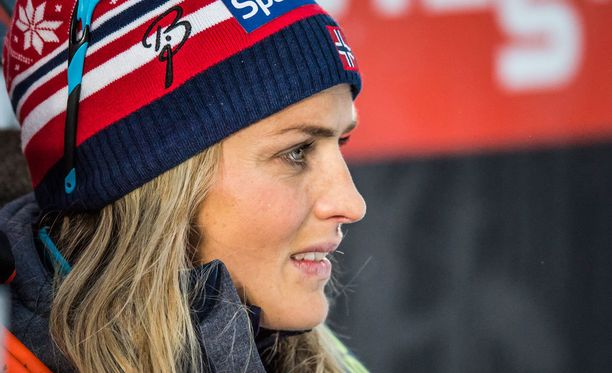 Therese Johaug saa vetää maailmancupissa Norjan edustusasun ylleen vasta talven 2018-2019 lumilla.