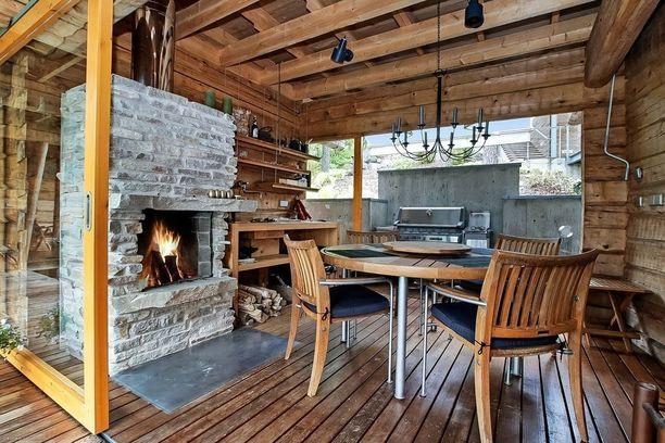 Saunarakennuksen yhteydessä sijaitsevassa kesäkeittiössä on erillinen syvennys ruoanlaittoon ja takka lämmittelyyn. Kesäkeittiö on viimeistelty suurin lasiliukuovin.