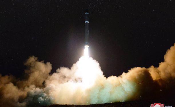Pohjois-Korean valtiollisen uutistoimisto KCNA:n julkaisemalla kuvalla näytetään Hwasong-15 -ohjuksen lähtölaukaus.