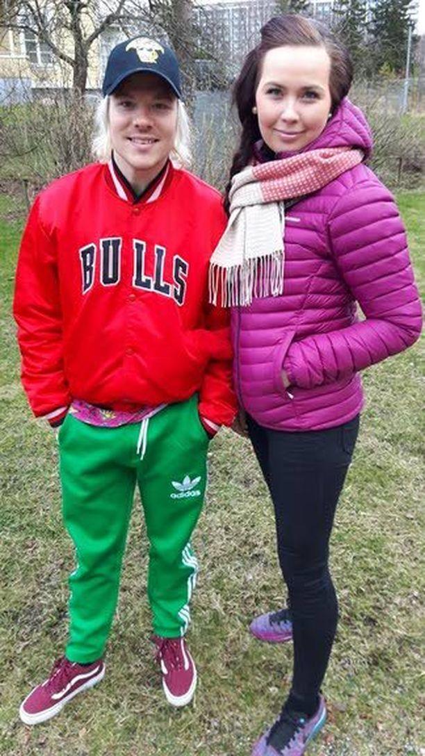 Hyväntuulinen Ville Galle poseerasi keskiviikon pihatalkoissa kouluratsastaja Jasmin Sikströmin kanssa.