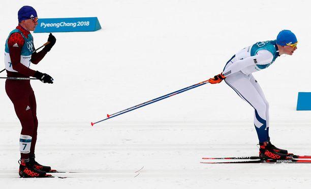 Aleksandr Bolshunov nousi Iivo Niskasen kantaan 37 kilometrin kohdalla. Niskanen kiri kultaan viimeisillä kilometreillä.