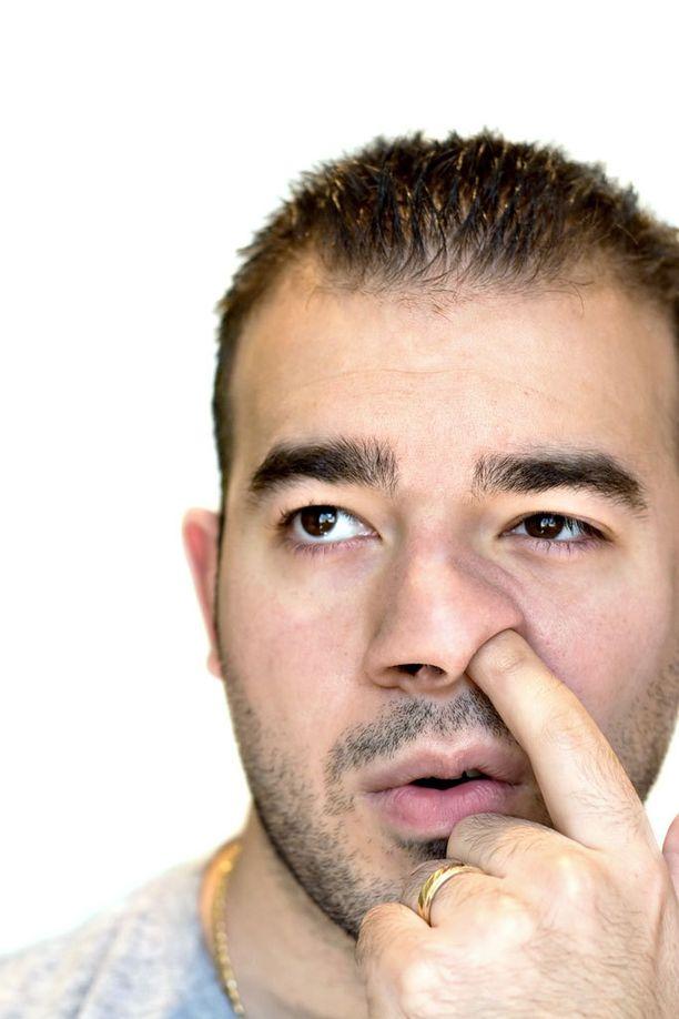Nenän kaivaminen on riskialtis tapa.