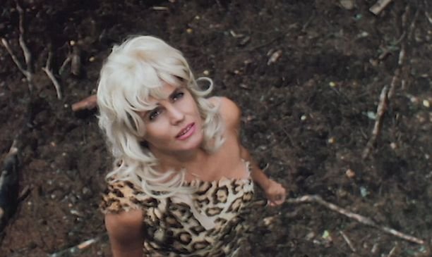 Riitta Väisänen on toinen elokuvan naistähdistä. Monet elokuvan sketsit ovat saaneet alkunsa hänen ja Speden välisistä keskusteluista aikana, jolloin kaksikko seurusteli.